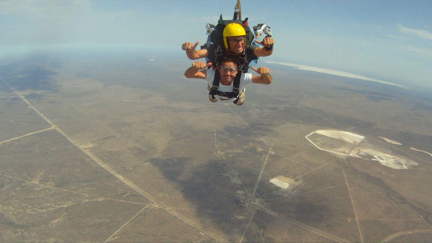 Saltos de bautismo en paracaídas, una atracción en Las Grutas
