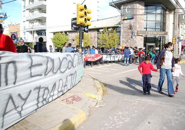 Alumnos del CET 22 cortaron la calle y reclamaron por un colegio digno