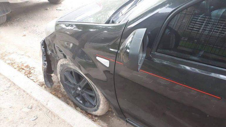 Le chocaron el auto estacionado y busca por las redes al responsable