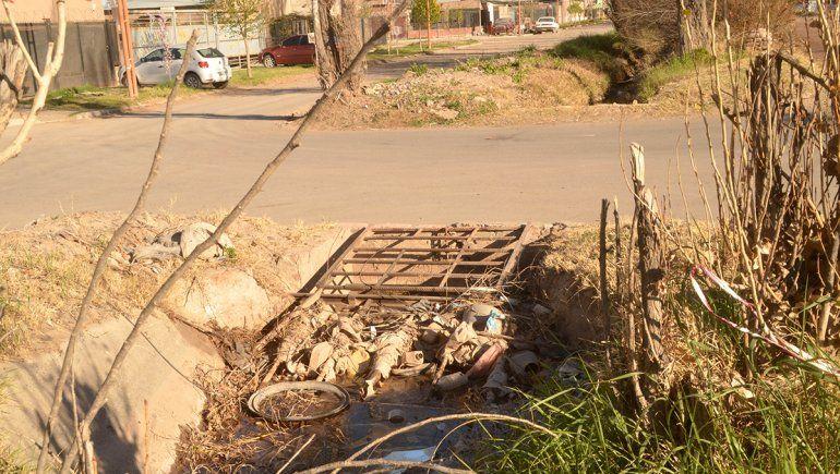 Arrancó la temporada de riego y los canales se llenaron de mugre