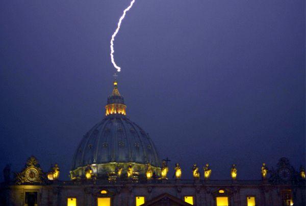 Tras abdicación del Papa, un rayo cayó en el Vaticano