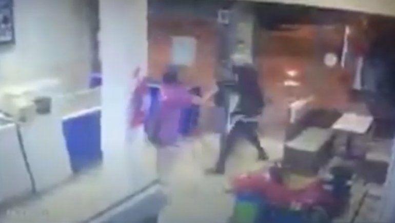 Empleada enfrentó y echó a un ladrón que quiso robar en la heladería