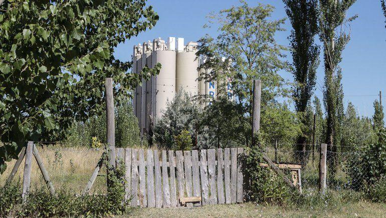 Los gigantes silos transformaron el paisaje de la chacra cipoleña.