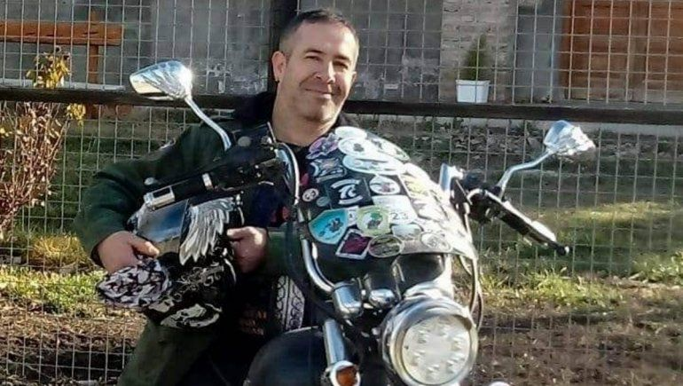 Gino, el peluquero y motoquero solidario le da pelea al COVID