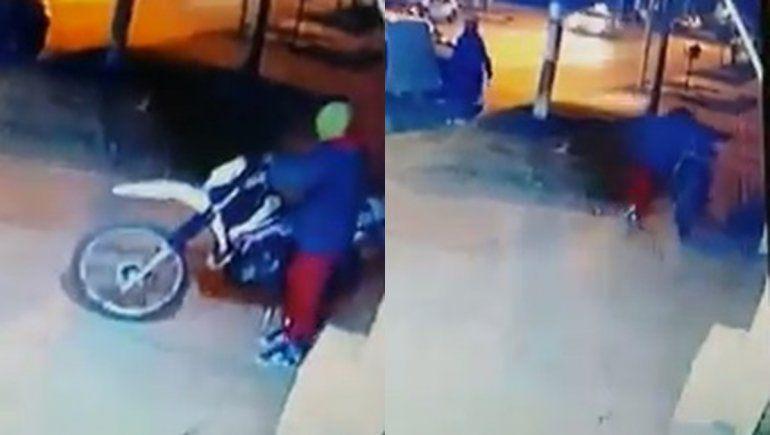 Vio cómo le robaban la moto por las cámaras de seguridad y rompió en llanto