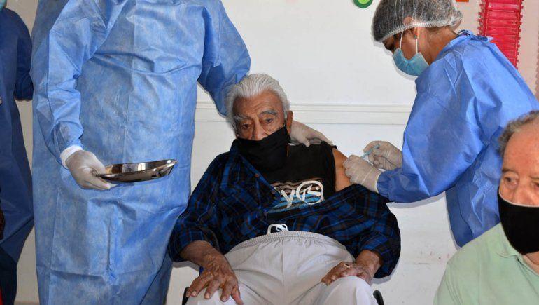 En Fernández Oro ya vacunan a adultos mayores
