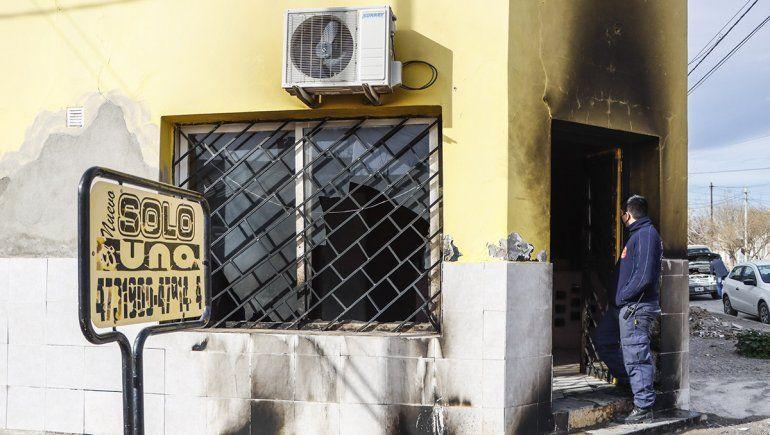 Robaron y prendieron fuego una base de taxis en Cipolletti
