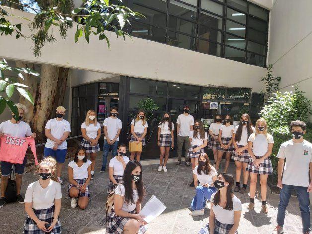 Alumnos movilizados reclaman un acto de egresados presencial