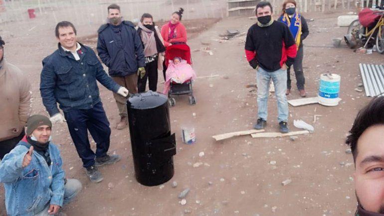 Manos solidarias: reciclan viejos termotanques y regalan estufas a leña