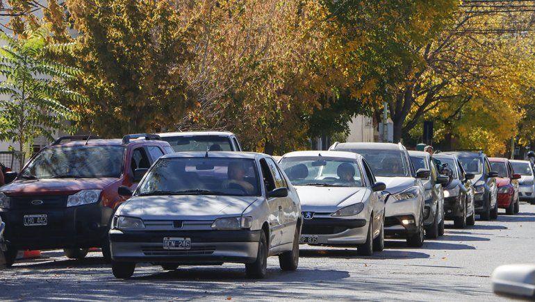 Ahora, las colas más largas de autos que esperan cargar combustible en Cipolletti