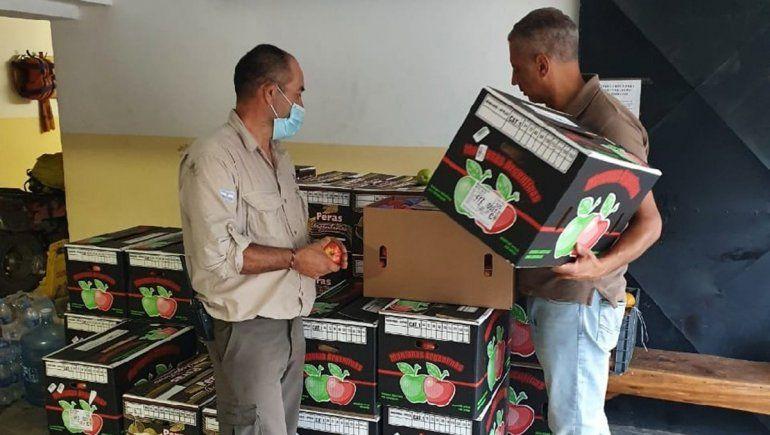 Productores rionegrinos entregan peras y manzanas a brigadistas en El Bolsón