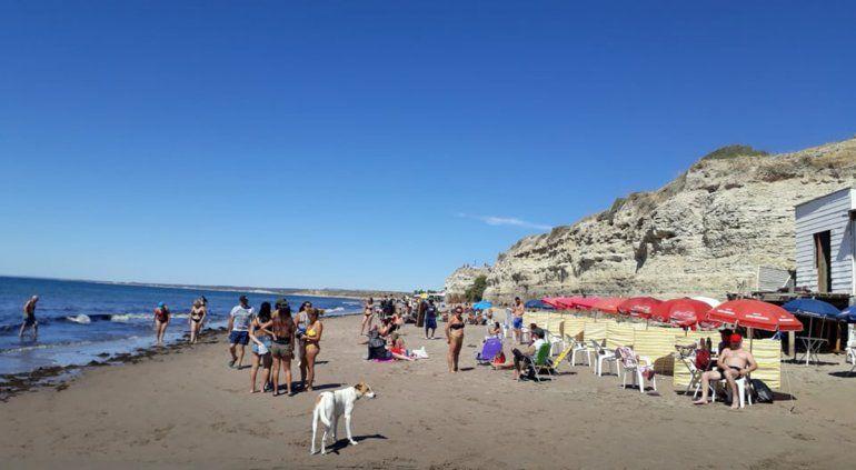La playa hoy se muestra fantástica y mucha gente la disfruta. Se observa una cantidad notable de algas.