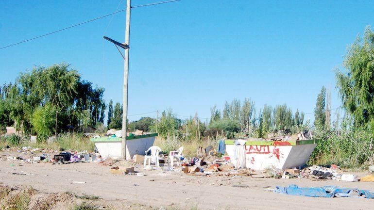 Un desparramo de desperdicios se observó junto a dos contenedores de la comuna. Vecinos y niños se pudo ver hurgando en las inmediaciones.