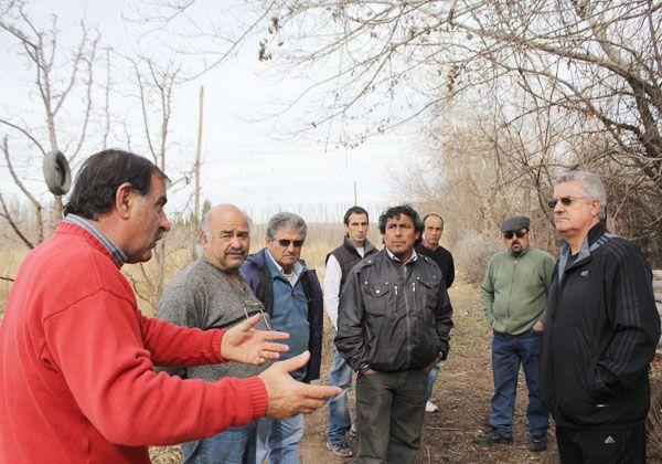Limpiarán un canal de riego del barrio rural Tres Luces