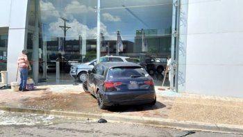 El auto en el que viajaba Acosta y se estrelló contra la vidriera de una concsesionaria.