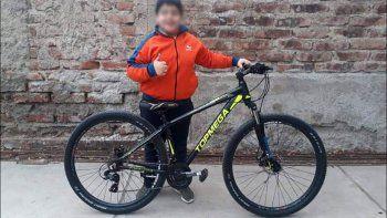 indignante: le pegaron a un nene para robarle la bicicleta
