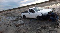 las grutas: dejaron la camioneta en la playa y casi se la lleva el mar