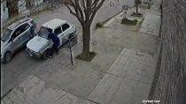 video: asi robaron la bateria de un auto, a plena luz del dia
