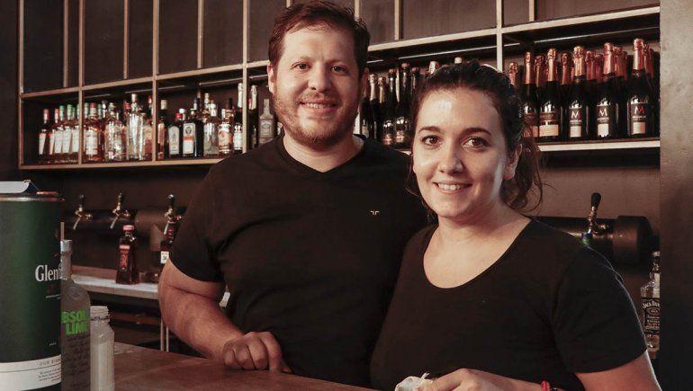 David y Ximena son los propietarios de Bar 1946.