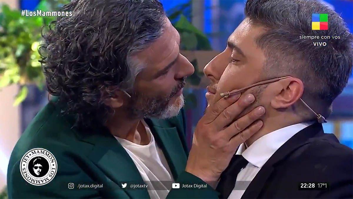el apasionado beso entre jey mammon y leo sbaraglia