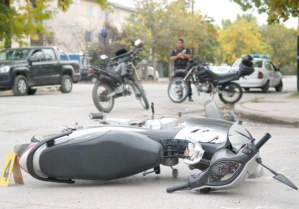Huían en moto robada, chocaron y los atraparon