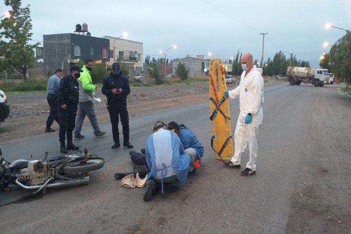 Motociclista esquivó el lomo de burro y chocó de frente: hay dos heridos graves