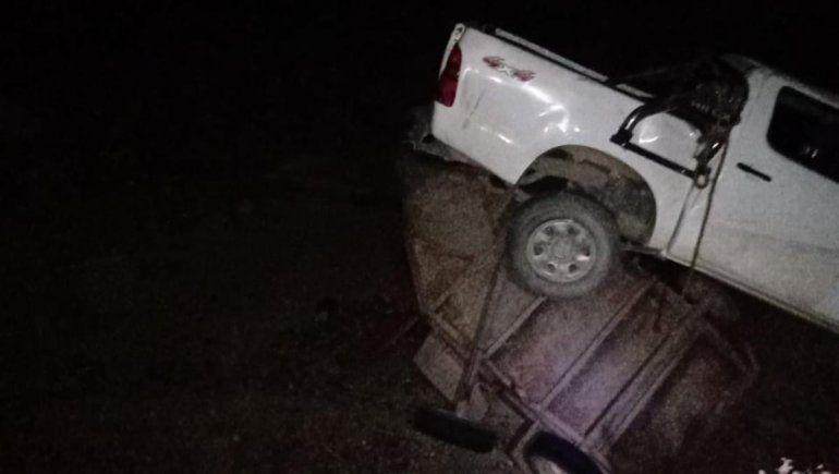 Se le destalonó un neumático, perdió el control y volcó sobre la Ruta 151