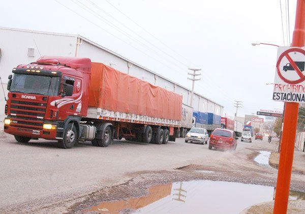 Prohíben estacionar camiones en calle Tres Arroyos