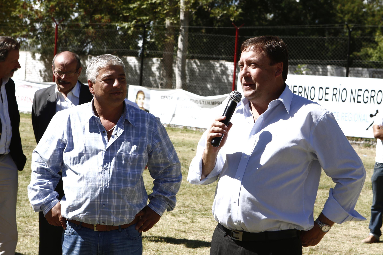 El gobernador con los abuelos y el fútbol de Barda del Medio
