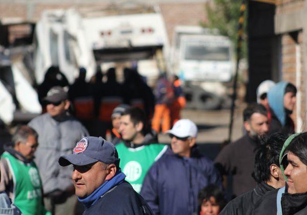 Trabajadores municipales en asamblea permanente