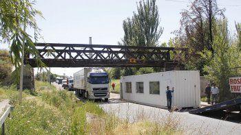 Con una alarmante frecuencia, se producen choques de camiones contra la estructura metálica del tren ferroviario.