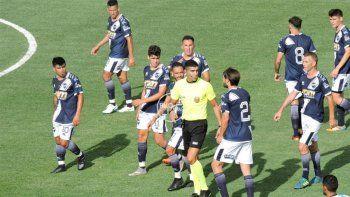 Jugadores le pegaron a un árbitro en otra final polémica del Ascenso