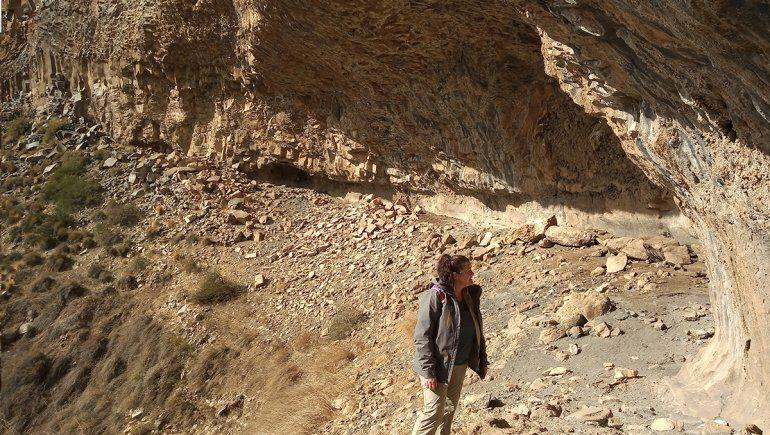 Se secó una cascada y detrás hallaron grabados rupestres