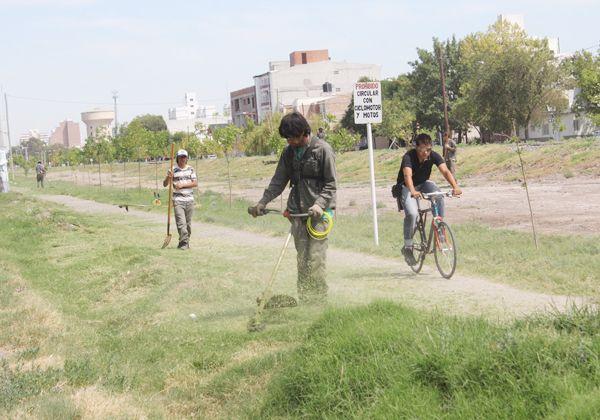Desmalezan la calle General Paz y otros sectores