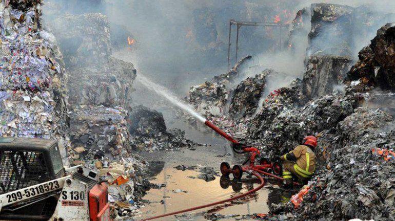El incendio en la papelera está controlado en un 90 por ciento
