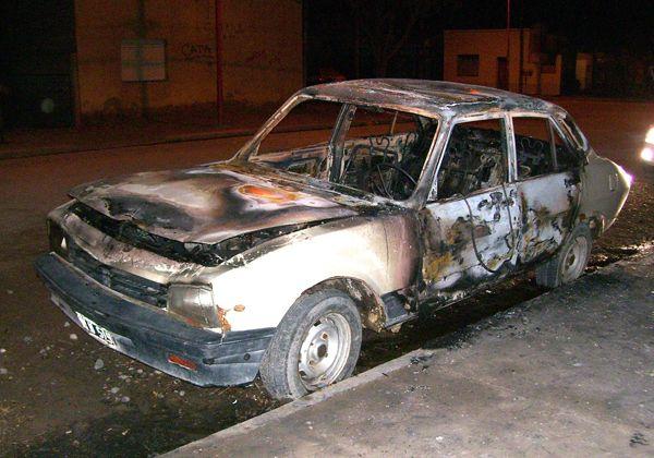 Investigan incendio de un auto