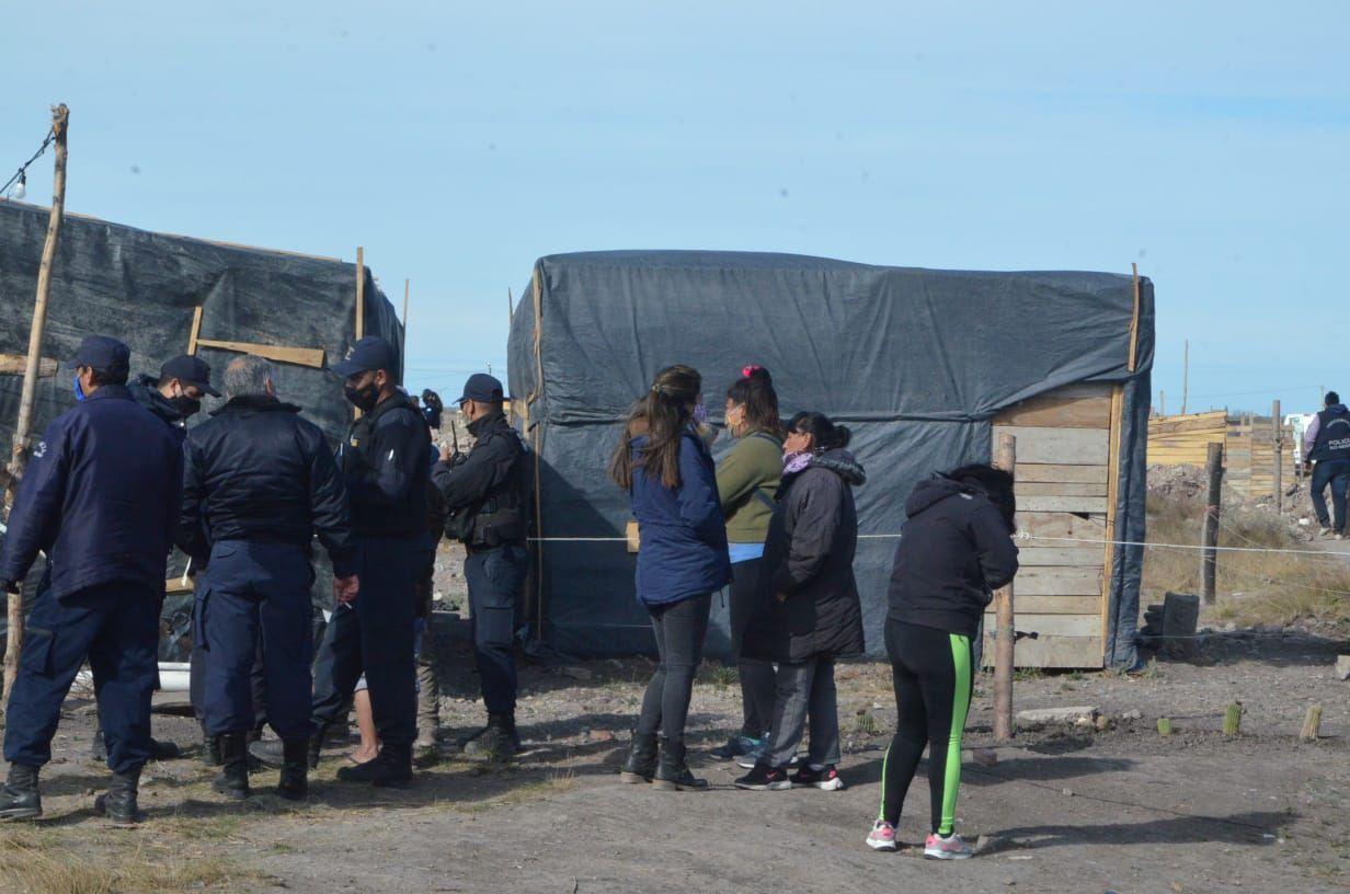 La policía barrió una toma identificando a sus ocupantes
