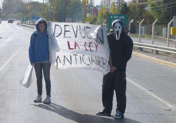 Contra la megaminería: vecinos realizaron una volanteada en el puente
