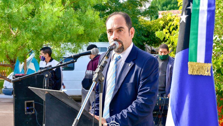 Polémica: el intendente de Sierra Grande se vacunó como bombero