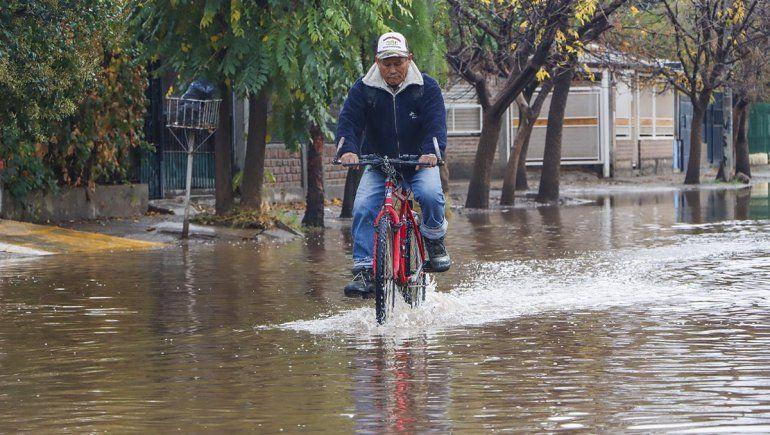 Vecinos cercados por el agua tras el temporal de lluvia