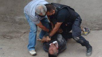 jugaba con sus hijas y un hombre que huia de la policia se metio en su casa