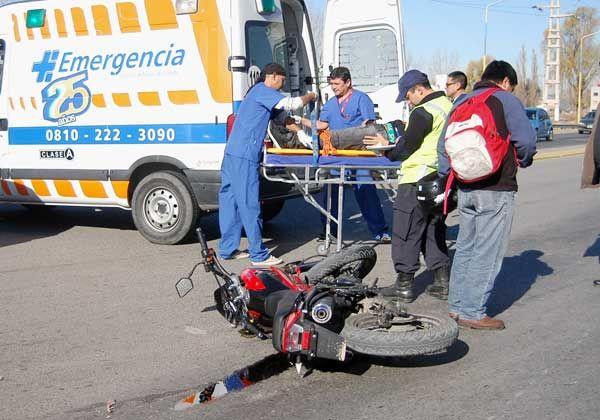 Un motociclista chocó con un camión, pero no sufrió heridas