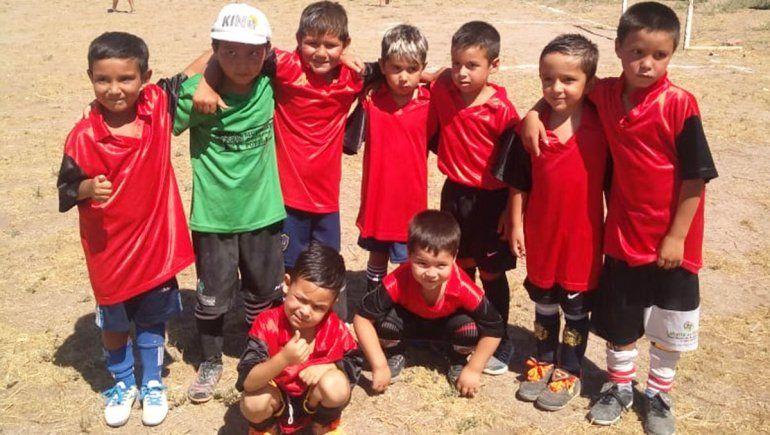 La escuelita de fútbol del Mapu que brinda contención a 120 chicos