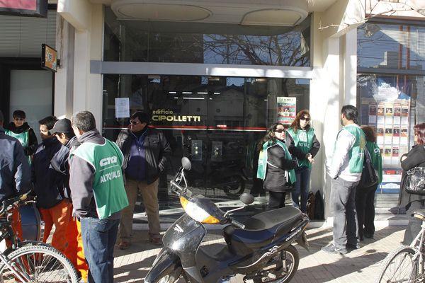 Empleados cesanteados protestaron en la Municipalidad