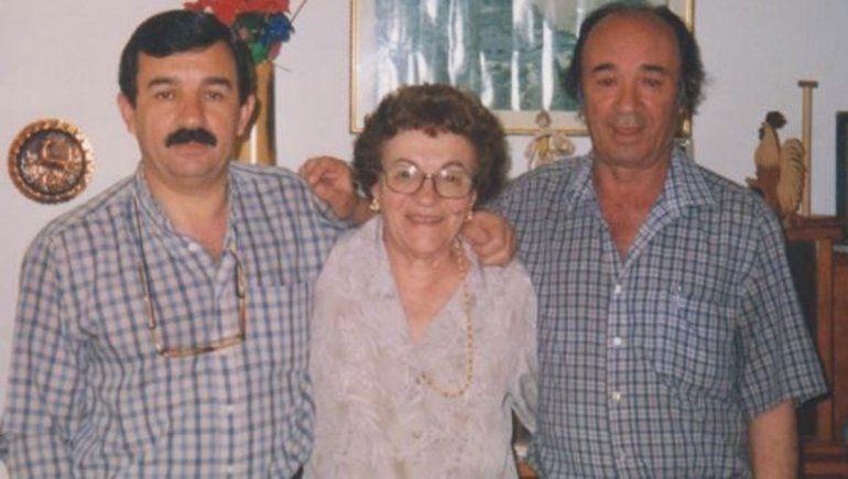 Amalia y sus dos hijos. Lalo y Raúl.