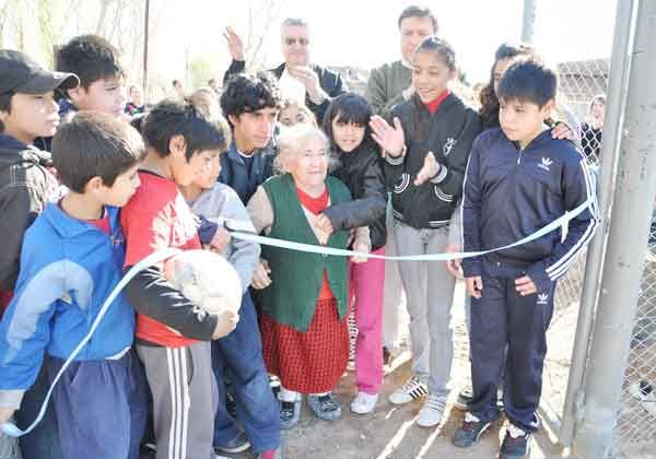 Los vecinos del barrio Calle Ciega ya disfrutan de su playón polideportivo