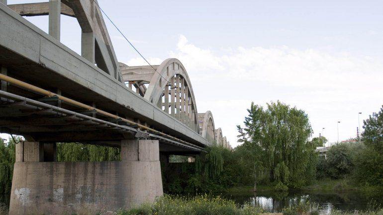Tres policías rescataron a una joven que quería tirarse del puente viejo