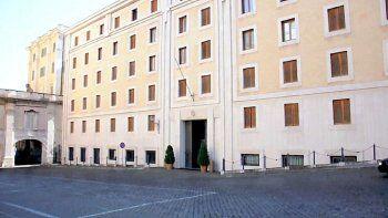 vaticano: aislan a vecino del papa en santa marta