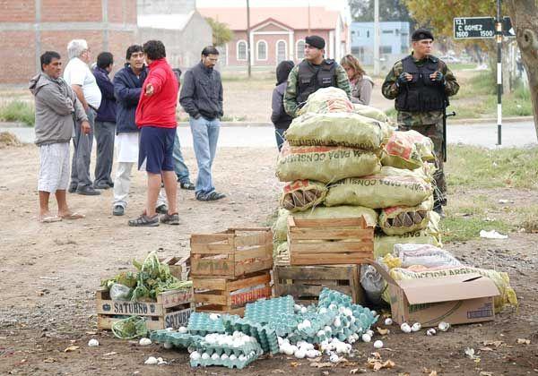 Violentos incidentes en decomiso de puesto callejero de frutas y verduras
