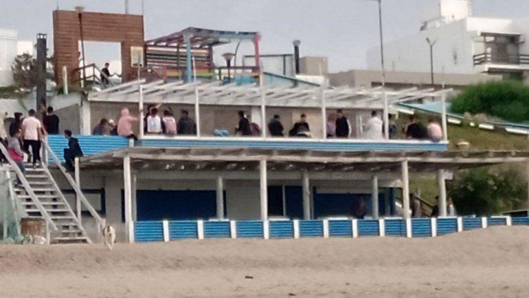 Tres detenidos y un patrullero averiado en pelea de jóvenes en Las Grutas